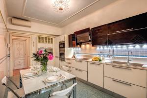 A kitchen or kitchenette at Domus Vittoria - The Luxury Quintessence