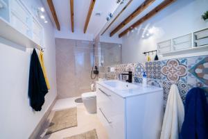 A bathroom at Calmness Apartment Old Town