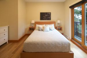 A bed or beds in a room at Mariner's Loft