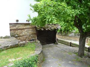Un jardín fuera de Tacheva Family House - Pool Access