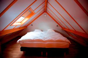 A bed or beds in a room at Zeepark Haerendycke