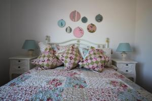 A bed or beds in a room at Maggies Cottage