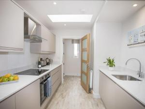A kitchen or kitchenette at Anwylfa Bach