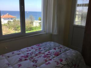 A bed or beds in a room at Yalova Apartments