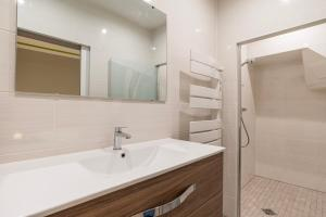 A bathroom at CityCosy Strasbourg - Modern Family Deserte
