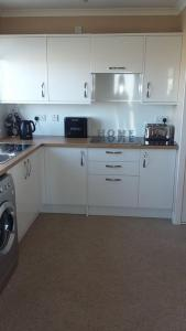 A kitchen or kitchenette at Grianan Cottage
