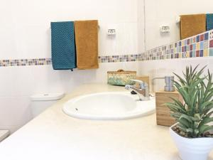 Salle de bains dans l'établissement Sunny Terrace Apt - Private Condo, Pool, Garden, Bikes & Netflix
