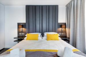 A bed or beds in a room at Dockside Apartments at Excel