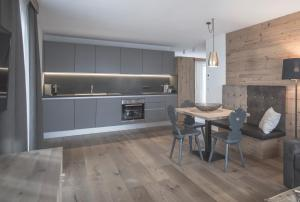 A kitchen or kitchenette at Ahrner Wirt Apartments