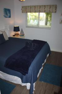 A bed or beds in a room at An Island Getaway at Palm Tree Villas
