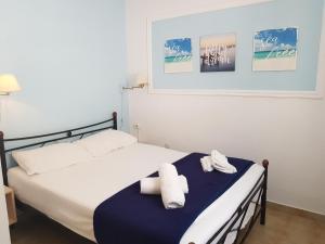 Een bed of bedden in een kamer bij Corfu Glyfada Menigos Beach Apartments