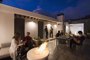Um restaurante ou outro lugar para comer em Urban Heights by Lifeafar