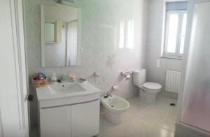 A bathroom at Casa Pozo das Leiras (Derecha)