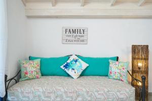 Tempat tidur dalam kamar di GLAROS BUNGALOW