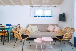 Area tempat duduk di GLAROS BUNGALOW