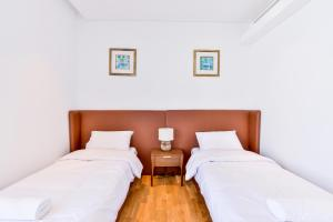 A bed or beds in a room at BEAUTIFUL MODERN 3 plus MAIDS BEDROOM APARTMENT IN BLUEWATERS