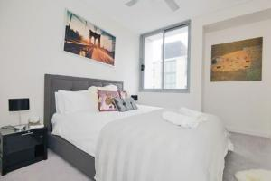 A bed or beds in a room at Pelicanstay in Bondi Junction