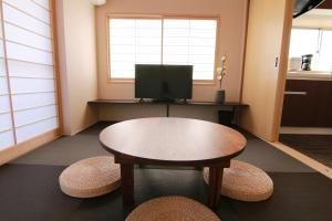 A television and/or entertainment centre at Sakura Stay Yoga 301