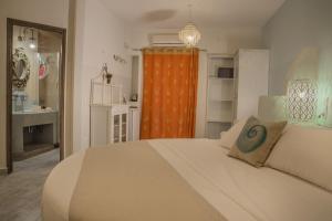 Una cama o camas en una habitación de Aegean Castle Andros – Adults Only