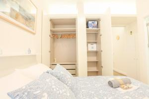 A bed or beds in a room at T&L TRIANA LOFT de diseño NUEVO junto al CENTRO