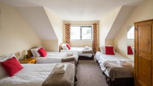 A bed or beds in a room at The Courtyard Apartments
