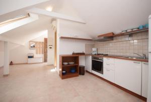 Ett kök eller pentry på Apartments Villa Linne