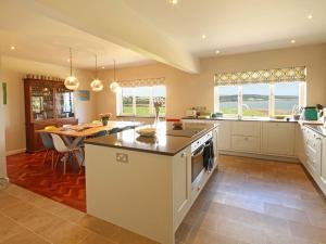 A kitchen or kitchenette at Cae'r Borth