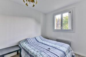 A bed or beds in a room at 67m² for 4 with parking!