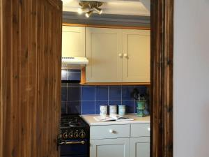 A kitchen or kitchenette at 1 West Cottage