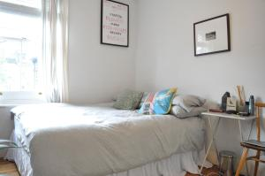 A bed or beds in a room at Modern 2 Bedroom North London Apartment
