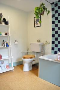 A bathroom at Modern 2 Bedroom North London Apartment