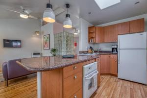 A kitchen or kitchenette at Cottage By Mission Bay