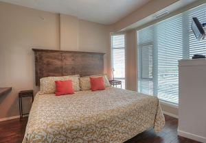 Cama o camas de una habitación en Sunset Waterfront Apartment