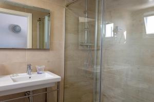 A bathroom at Apartamentos Los Naranjos