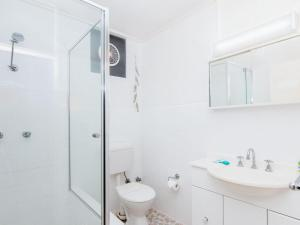 A bathroom at Forster Holiday Lodge 4 - Central location!