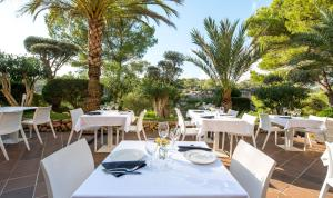 A restaurant or other place to eat at Aparthotel Ona Cala Pi Club