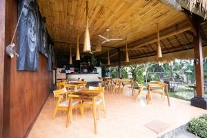 Um restaurante ou outro lugar para comer em Sayan Ridge Villa