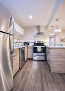 A kitchen or kitchenette at Calgary Paradise 2 bedroom suite