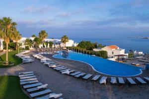 Вид на бассейн в Theo Sunset Bay Holiday Village или окрестностях