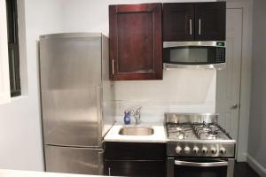 A cozinha ou kitchenette de Superb 3BR Apt Located Near Times Square