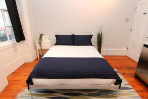 A bed or beds in a room at Cozy Furnished Studio in Beacon Hill #4