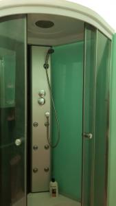 Vonios kambarys apgyvendinimo įstaigoje Смарт-квартира