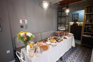 A restaurant or other place to eat at ATHENIAN YARD SUITES