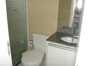 A bathroom at ARENA GREMIO APTO LUXO WIFI ESTAC arcond 5 PESSOAS