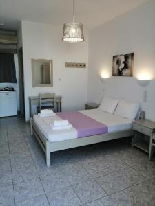 A bed or beds in a room at Agnanti Rooms