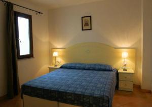 Een bed of bedden in een kamer bij Sa Fiorida Appartamenti