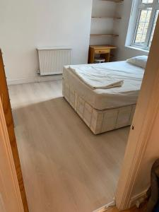 A bed or beds in a room at Euston 2 beds flat