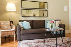 A seating area at daPraça Apartments