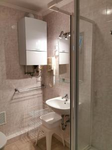 A bathroom at Apartment Pension Rideg Heviz