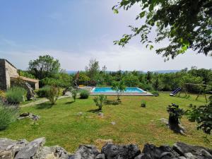 Vrt u objektu Holiday home Mavrići - Two Bedroom Holiday Home with Swimming Pool